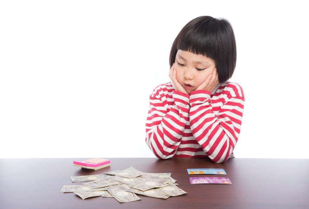 お金を見る子供